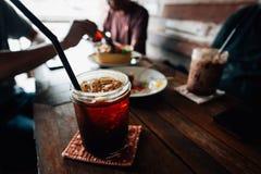 Comience la conversación con las bebidas deliciosas y las tortas dulces foto de archivo