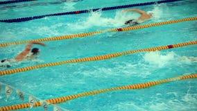 Comience la natación competitiva metrajes
