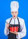 Comience lentamente a batir o a batir la crema Batidor de la mano del uso Concepto de los utensilios de la cocina Las mejores t?c fotos de archivo