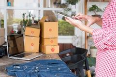 Comience para arriba al pequeño propietario de negocio a sostener el teléfono móvil y tome el phot Fotos de archivo libres de regalías