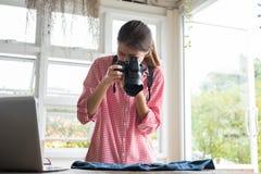 Comience para arriba al pequeño propietario de negocio para tomar la foto de su producto para la venta Imagen de archivo libre de regalías