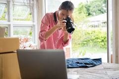 Comience para arriba al pequeño propietario de negocio para tomar la foto de su producto para la venta Imágenes de archivo libres de regalías
