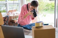 Comience para arriba al pequeño propietario de negocio para tomar la foto de su producto para la venta Fotografía de archivo