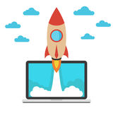 Comience para arriba el concepto del negocio Nave espacial y ordenador portátil Imágenes de archivo libres de regalías