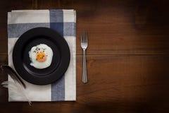 Comiendo el plano de los huevos fritos ponga la vida inmóvil rústica con la comida elegante Foto de archivo libre de regalías