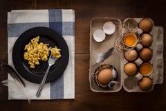 Comiendo el plano de los huevos revueltos todavía puesto vida Foto de archivo