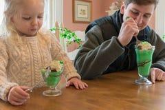 Comiendo los helados del helado adornados para el día del ` s de St Patrick Foto de archivo libre de regalías