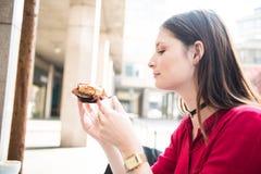Comiendo una torta dulce deliciosa agradable adentro al aire libre Imagenes de archivo