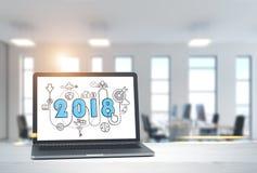 2018 comienzan para arriba bosquejo en la pantalla del ordenador portátil en oficina foto de archivo