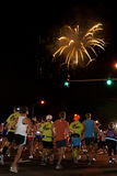 Comienzo ascendente del Lit de los fuegos artificiales de Honolulu 2009 Maratho Imagenes de archivo