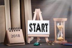 comienzo 2018 Contador de tiempo de Sandglass, del reloj de arena o del huevo en la tabla de madera Foto de archivo libre de regalías