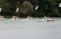 Comienzo de barcos con dos rowers. Foto de archivo