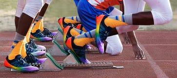 Comienzo de la raza de los 400m en la reunión de pista Foto de archivo libre de regalías