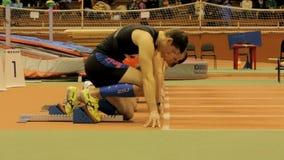 Comienzo del atleta del hombre joven a esprintar almacen de video