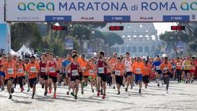 Comienzo del funcionamiento para la diversión en la 24ta edición de la Roma Maratho Foto de archivo libre de regalías