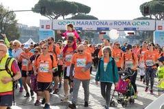 Comienzo del funcionamiento para la diversión en la 24ta edición de la Roma Maratho Fotos de archivo libres de regalías