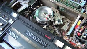Comienzo del hombre para jugar un cierre profesional del video de VHS para arriba almacen de video