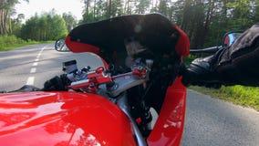 Comienzo del jinete que conduce una moto en un campo metrajes