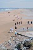 Comienzo del verano en una playa BRITÁNICA Foto de archivo