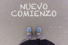 Comienzo di Nuevo, testo spagnolo per il nuovo testo di inizio su asfalto g fotografie stock
