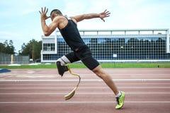 Comienzo explosivo del atleta con desventaja Fotografía de archivo libre de regalías