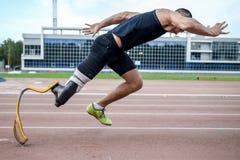 Comienzo explosivo del atleta con desventaja Fotos de archivo libres de regalías