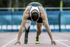 Comienzo explosivo del atleta con desventaja Imagenes de archivo