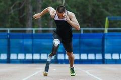 Comienzo explosivo del atleta con desventaja Imágenes de archivo libres de regalías