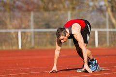 Comienzo Sprinting en atletismo imágenes de archivo libres de regalías
