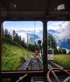 Cominci il vostro viaggio e scopra la Svizzera con il treno ferroviario svizzero locomotivo tradizionale famoso, vaghi attraverso Immagine Stock