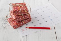 Coming xmas day. Highlighting christmas date on calendar with gift box Royalty Free Stock Photos