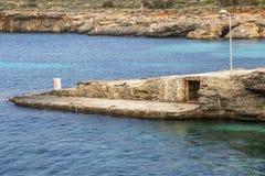 Comino blå lagunkustlinje, Malta royaltyfri foto