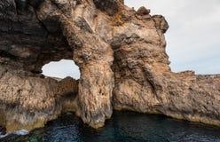 Comino höhlt natürliches Malta aus lizenzfreie stockbilder