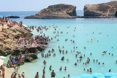 Cominoeiland, Malta - 03 Augustus 2016: Toeristen bij de Blauwe Lagune Royalty-vrije Stock Afbeeldingen