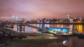 Comisaría de policías en el río Támesis con Canary Wharf en la noche, Londres, Reino Unido Imagen de archivo