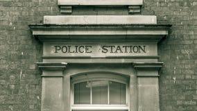 Comisaría de policías tallada en el negro de piedra del vintage de las mayúsculas y Imagenes de archivo