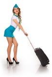 A comissária de bordo bonita guarda a bagagem Imagens de Stock