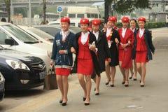 Comissária de bordo nova na roupa vermelha Foto de Stock Royalty Free