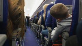 Comissária de bordo que instrui passageiros em regras da segurança, demonstração do pre-voo vídeos de arquivo