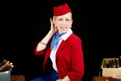 Comissária de bordo retro Preparing da linha aérea para o trabalho Foto de Stock
