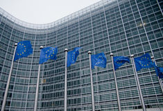 Comissão Europeia com bandeiras da UE Imagens de Stock Royalty Free