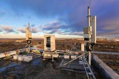 Comité antennes van 2G, 3G, 4G, 5G-banden, openlucht verre radioeenheden, klimaat vandal-proof telecommunicatie ncabinet en stock foto's