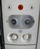 Comité ventilatie en verlichting over de passagierszetel in de vliegtuigen Stock Afbeeldingen