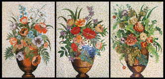 Comités van afgebroken mozaïek. Drie vazen met bloemen Stock Foto