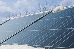 Comitati fotovoltaici sotto la neve fotografie stock