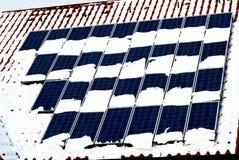 Comitati solari con neve Immagini Stock