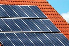 Comitati solari delle mattonelle di tetto fotografie stock libere da diritti