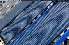 Comitati solari su un tetto Immagine Stock