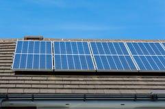 Comitati solari su un tetto Immagini Stock Libere da Diritti