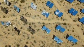 Comitati solari su un tetto L'energia solare una fonte alternativa di energia è pannelli solari Immagine Stock